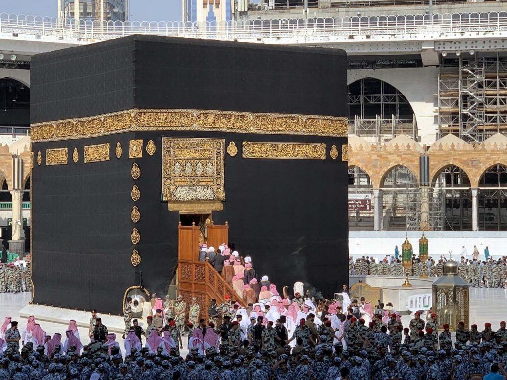 نيابة عن خادم  الحرمين.. شاهد بالصور والفيديو: لحظة تشرف أمير منطقة مكة بغسل الكعبة!