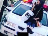 طبيبة إيرانية تخلع حجابها وتجلس على مقدمة سيارة للشرطة.. وهكذا تم الحكم عليها!