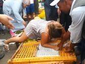 """شاهد: سائحة بريطانية تهاجم المارة فى سوق """"طنجة"""" بالمغرب وتتهمهم بـ """"الحمقى """" وتعض يد بائع  طيور!"""