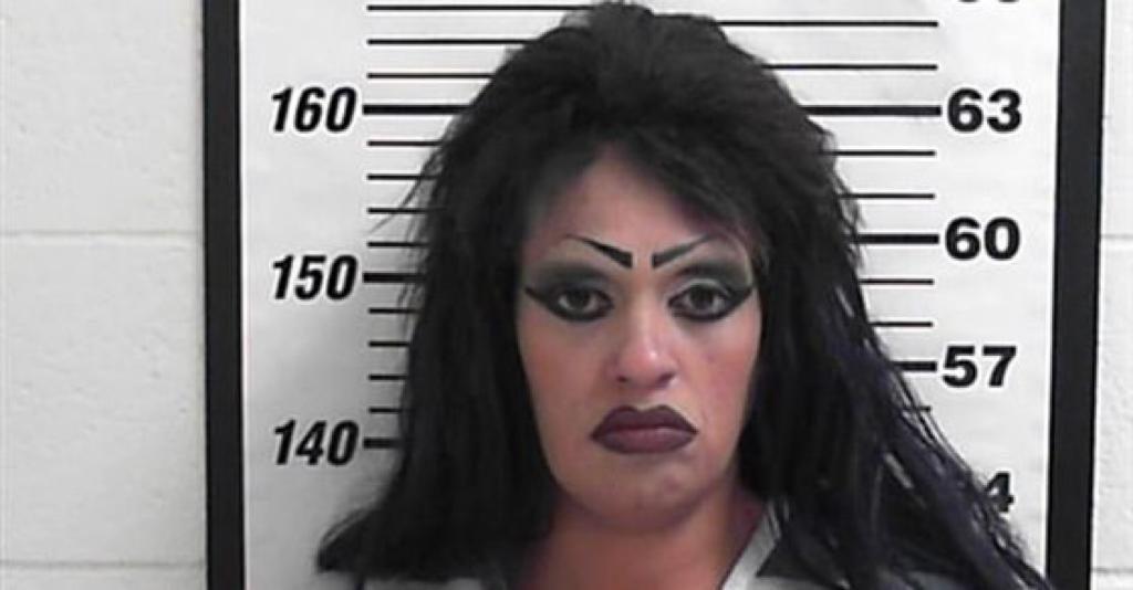 """""""أم"""" تضع ابنتها في ورطة للهروب من حيازة المخدرات.. وهذا ما عثر عليه داخل سيارتها"""