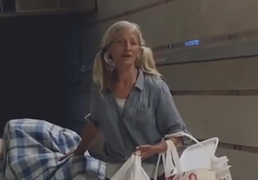 شاهد: مشردة روسية في أمريكا تصدم العالم بصوتها داخل مترو فيلوس أنجلوس