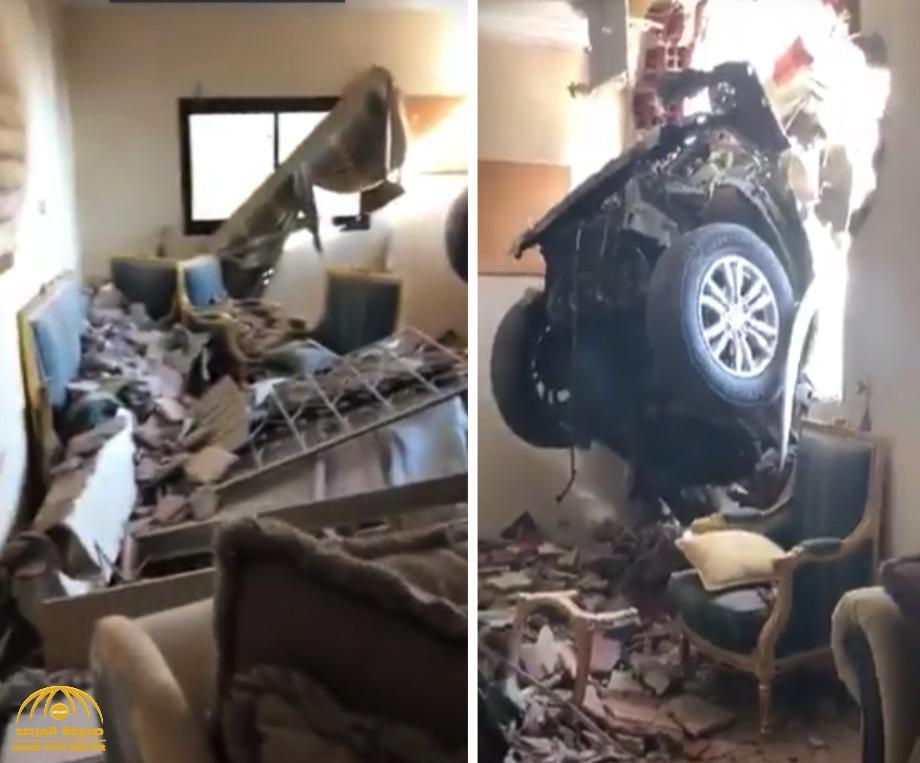 شاهد .. أول فيديو من داخل المنزل الذي اخترقت جداره سيارة مسرعة بطريقة  غريبة  بجدة