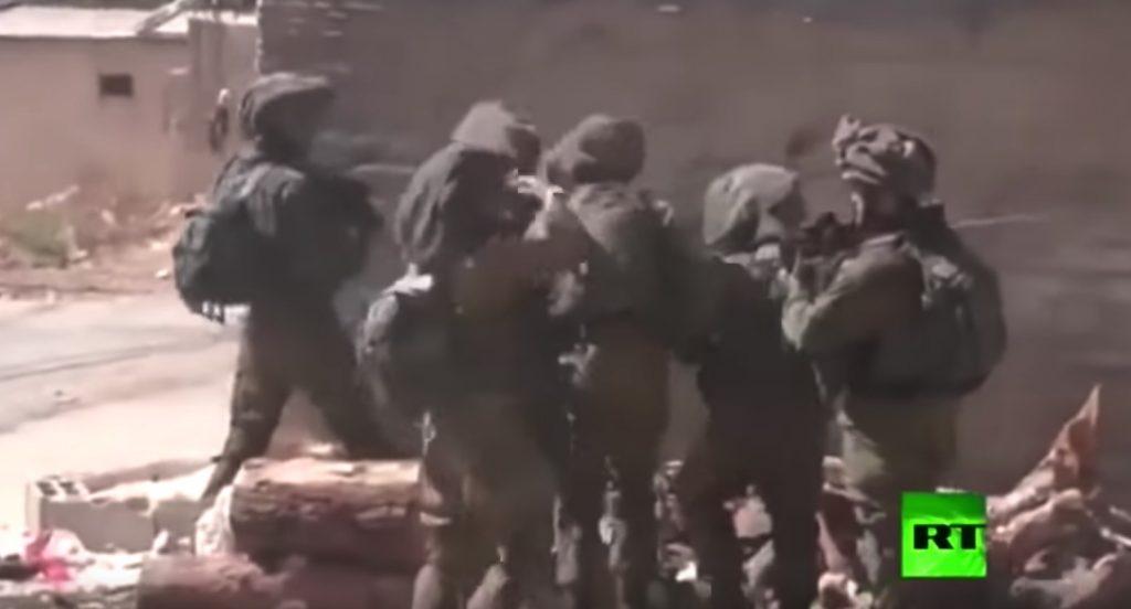 شاهد.. ضابط إسرائيلي ينفعل ويضرب جنوده لتقاعسهم في مواجهة المحتجين الفلسطينيين