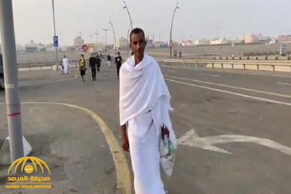 في واقعة غريبة .. شاهد : مشجع  يحضر مباراة الاتحاد و الحزم بملابس الإحرام