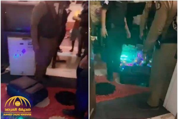 """بالفيديو.. مفاجأة أثناء إلقاء القبض على شخص ترافقه امرأة بحالة """"غير طبيعية"""".. والكشف عما كان بحوزته"""