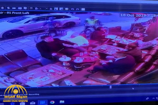 """في وضح النهار.. شاهد: حادثة """"صادمة"""" تعرض لها سياح سعوديين بمقهى في منطقة """"مايفير"""" بـ""""لندن"""""""