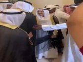 بعد عودته من رحلة علاج في أمريكا .. شاهد .. أمير الكويت يحضر مناسبة حفل زواج وسط ترحيب كبير