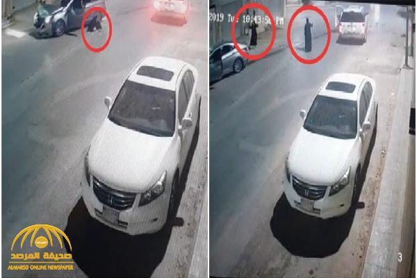 """شاهد: حادث مروع وسط تقاطع بالرياض وسقوط """" السائقة"""" على الأرض من هول الصدمة!"""