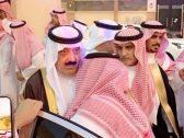 """شاهد.. الأمير """"متعب بن عبدالله"""" يقدم واجب العزاء لوالد اللواء """"الفغم"""""""