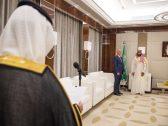 شاهد بالصور: ولي العهد يقلد رئيس صندوق الاستثمار الروسي وشاح الملك عبدالعزيز