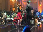 """شاهد: الفنانة المصرية """"منة فضالي"""" تفاجئ الجمهور وتصعد المسرح لترقص بجوار راغب علامة في حفل بالقاهرة"""