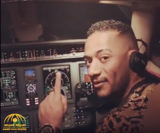 """شاهد .. الفنان المصري """"محمد رمضان"""" يقود الطائرة أثناء رحلته للرياض"""