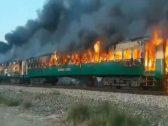 شاهد.. حريق مروع بقطار ركاب باكستاني يتسبب في مصرع 65 شخصاً وإصابة العشرات (فيديو)