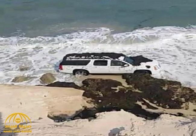 بالصور: أسرة تعلق مركبتهم في الرمال وتغمرها المياه بالخفجي ..وحرس الحدود يكشف عن مصيرهم!