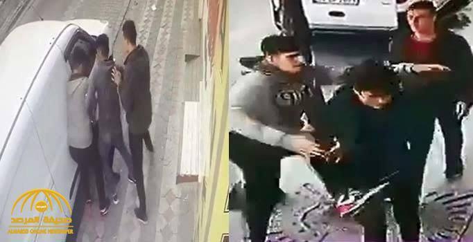 شاهد .. 3 أتراك يعتدون بالضرب على شاب سوري ويسرقونه في وضح النهار بإسطنبول