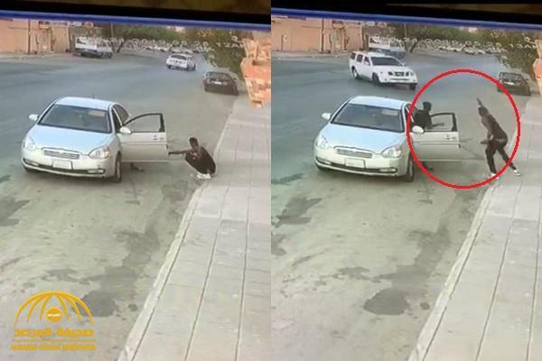 """شاهد : مفحط يفقد السيطرة على سيارته ويدهس شاباً ويسحقه على """"جدار منزل"""" بطريقة مروعة"""