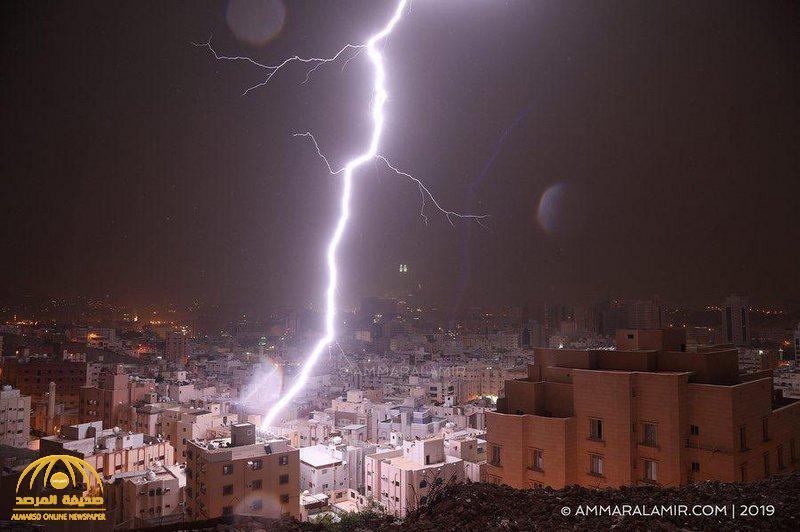 """شاهد … صاعقة رعدية تضرب سطح منزل بحي الزاهر في مكة ….وثقها """" الأمير """" وكشف ما حدث !"""
