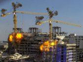 شاهد بالفيديو … لحظة تفجير رافعتين  بعد انهيار فندق تحت الانشاء ومصرع 3 عمال !