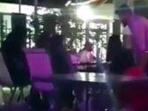 بعد القبض عليهما.. تعرّف على العقوبة المتوقعة ضد الشابين المتحرشين بفتيات داخل مقهى بالرياض!