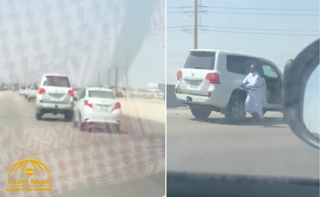 """شاهد:  فيديو صادم  لـ """"سائق مركبة""""  يهدد آخر بسلاح رشاش  على  طريق عام بالجبيل"""