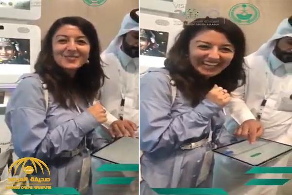 """شاهد.. أول سائحة تستفيد من """"التأشيرة السياحية"""" تكشف عن رأيها.. ومسؤول سعودي يعلق"""