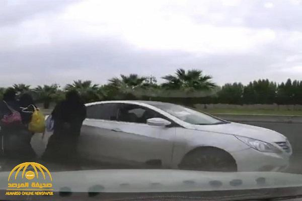 شاب يحاول دهس فتيات أثناء عبورهن الطريق في تبوك !