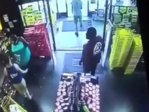 شاب أبيض يسخر من سيدة سمينة سمراء داخل متجر .. شاهد: ردة فعل رجل أسود تصادف وجوده في المكان!