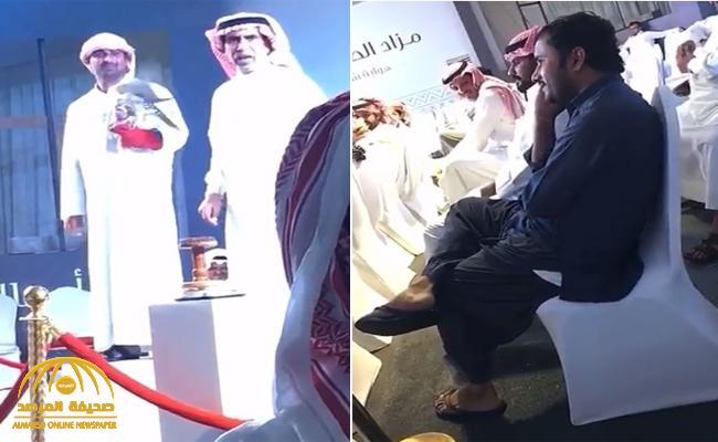 """شاهد : """"باكستاني""""  يفاجئ سعوديين في مزاد صقور بحفر الباطن ويرفع سعره لمبلغ  خيالي!"""