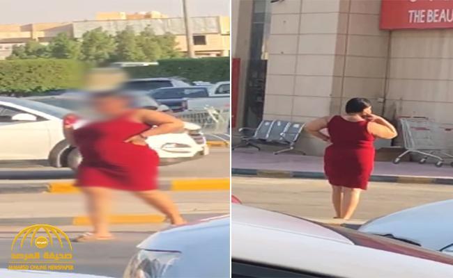 شاهد: مواطن يوثق مقطع لسيدة بملابس تخالف الذوق العام  تتجول أمام مركز تسوق شهير بالرياض