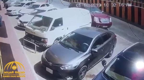 بالفيديو : لحظة سرقة سيارة تركت في وضع التشغيل .. شاهد ردة فعل امراة كانت بداخلها