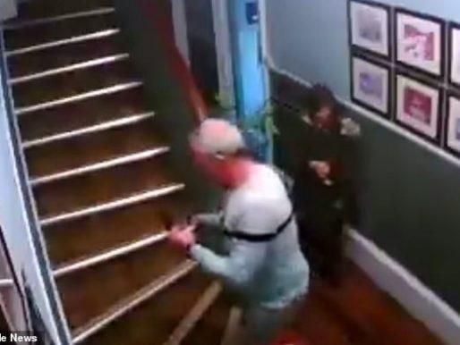 زوجان مسنان في حالة سكر تام يحاولان صعود سلم منزلهما .. شاهد: ماذا حدث للرجل ؟