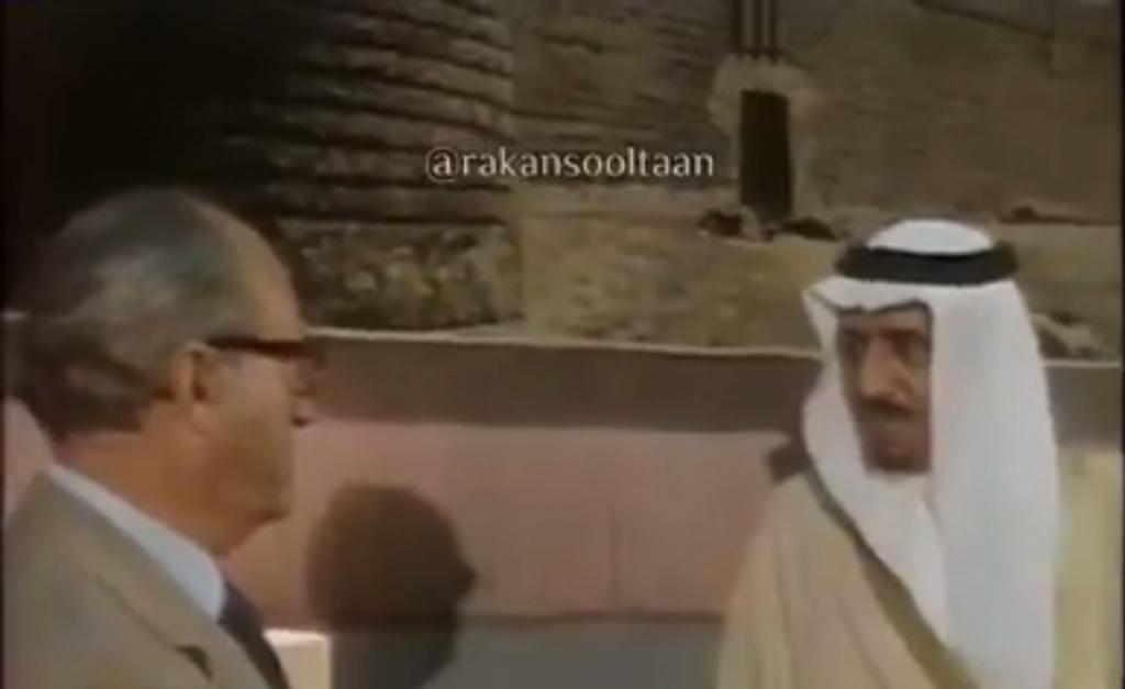شاهد … نشطاء يتداولون فيديو نادر  لمقابلة خادم الحرمين مع قناة أوروبية  قبل نحو 40 عاما !