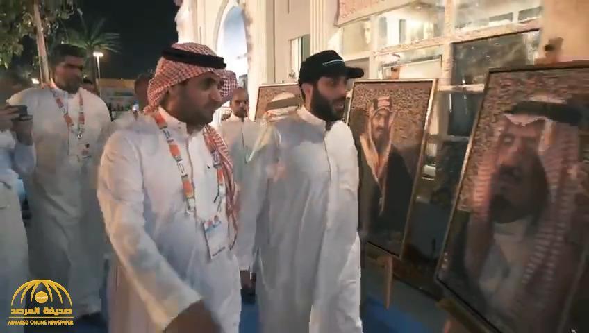 """بالفيديو : """"تركي آل الشيخ"""" يرافقه """"البلطان"""" في جولة بـ """"بوليفارد"""" .. شاهد : رد فعل الجماهير أثناء رؤيته"""