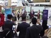 شاهد بالفيديو …مطار الملك خالد يستعين بفرقة ألمانية لتوديع زوار موسم الرياض !