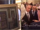 """""""الملك سلمان"""" و """"بوتين"""" يتبادلان الهدايا .. ماذا قدم كلٌ منهما للآخر ؟ – فيديو وصور"""