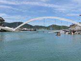 شاهد: كاميرات توثق لحظة انهيار جسر معلق على قوارب كانت تبحر أسفله!