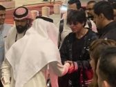 """شاهد: لحظة وصول الممثل الهندي """"شاروخان"""" إلى الرياض.. ما سر تواجده؟ – فيديو وصور"""