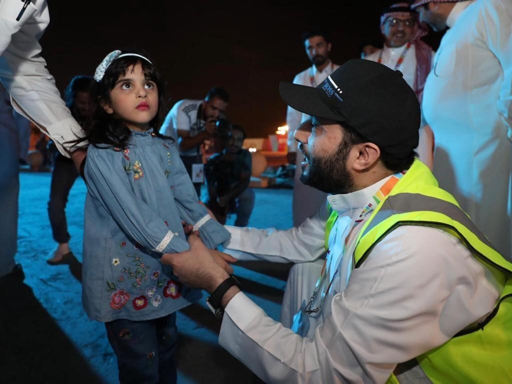 شاهد … تركي آل الشيخ يلتقي بالطفلة التي أصيبت بسبب الألعاب النارية ويقدم لها ولأسرتها هدية في موسم الرياض !