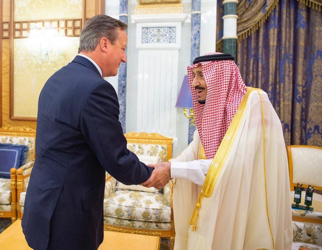 خادم الحرمين يستقبل رئيس وزراء بريطانيا الأسبق ديفيد كاميرون ويستعرضا علاقات الصداقة بين البلدين