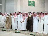 """بالصور:  أمير منطقة مكة يؤدي صلاة الميت على والدة الأمير """"بندر بن سلطان"""" في المسجد الحرام"""