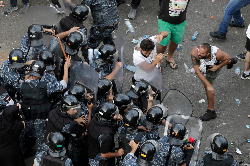 شاهد .. صور جديدة ومقاطع فيديو من مظاهرات لبنان  بعد قرار ضريبة الاتصالات على الواتساب والفيس بوك
