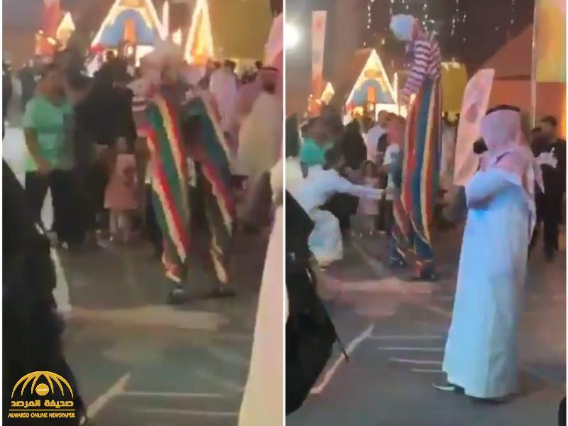 """شاهد: مراهق يٌسقط مهرج كان يرقص على السيقان الخشبية في موسم الرياض .. و """"آل الشيخ"""" يعلق"""