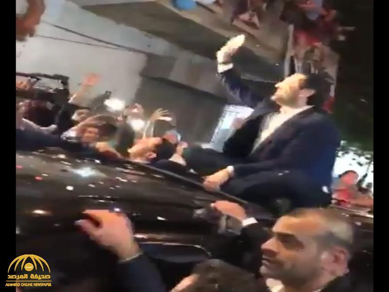 """شاهد: """"سعد الحريري"""" ينضم للمتظاهرين في بيروت"""