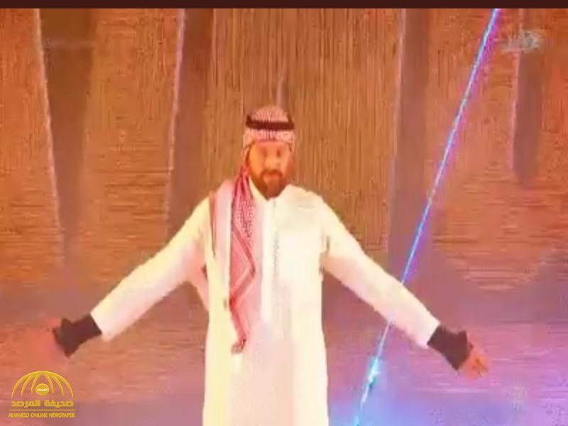 """شاهد : المصارع """"تايسون فيوري"""" يفاجئ الجمهور ويدخل حلبة المصارعة في الرياض بالزي السعودي"""