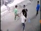 في وضح النهار.. مقتل شاب مصري أثناء إنقاذه فتاة تعرضت للتحرش في الشارع (فيديو)
