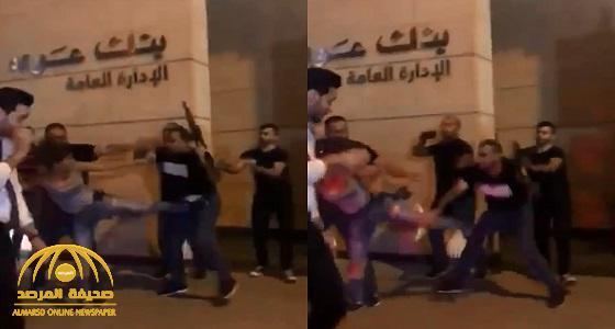 شاهد: فتاة لبنانية تركل رجل أمن مسلح لمنعه من الاعتداء على المتظاهرين