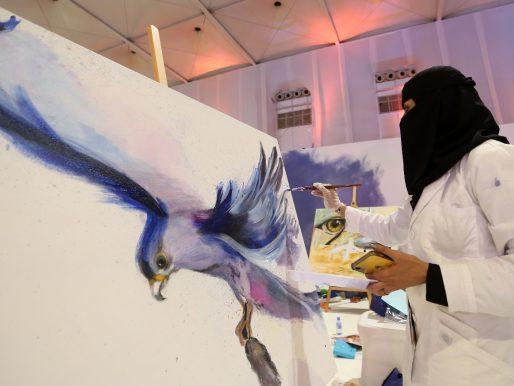 """بالصور: تنافس 60 عملا فنيًا على مسابقة """"الصقر في ريشة فنان"""" بمعرض الصقور"""