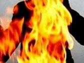 بدون كويتي يسكب البنزين على زوجته ويشعل فيها النيران.. والمفاجأة ما فعله بعد الحادث!