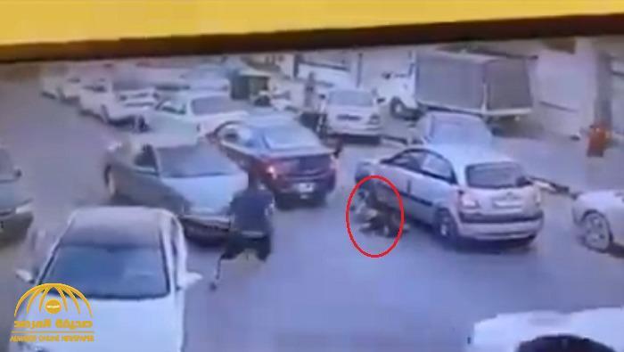 شاهد.. مسلحون يقتلون شابًا في شارع مزدحم رمياً بالرصاص في ليبيا