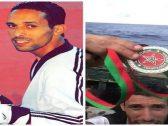 """شاهد : رياضي  مغربي يهاجر لأوروبا عبر """"قوارب الموت"""" ويرمي ميداليته في البحر"""